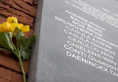 Un mazzo di fiori e' stato deposto accanto ad una targa commemorativa allo stadio Re Baldovino (ex Heysel) a Bruxelles oggi 29 maggio 2015 durante una cerimonia per ricordare i 30 anni della strage in cui morirono 39 tifosi della Juventus (ANSA)