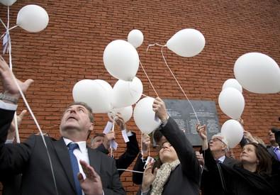 Palloncini bianchi vengono lanciati in aria allo stadio Re Baldovino di Bruxelles (ex Heysel) oggi per ricordare il 30/o anniversario della morte di 39 tifosi della Juventus prima della finale di Coppa dei Campioni col Liverpool (ANSA)