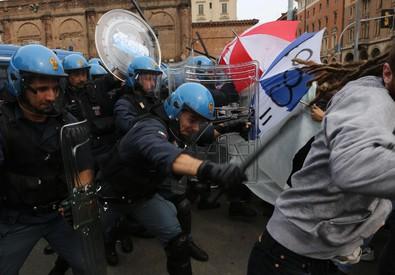 Un momento delle contestazioni e dei tafferugli a Bologna (ANSA)