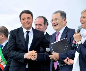 Stretta di mano, dopo le polemiche per il mancato ringraziamento per la candidatura di Milano per l'Expo 2015 alla cerimonia inaugurale del primo maggio, tra il premier Matteo Renzi e Romano Prodi (ANSA)