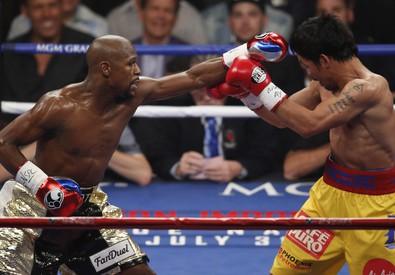 Manny Pacquiao (destra) intercetta un sinistro di Floyd Mayweather Jr. (sinistra) nel match per il titolo mondiale dei pesi welter (Ansa-Ap) (ANSA)