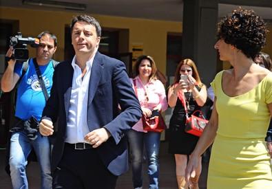 Renzi e la moglie Agnese al voto. Foto ANSA/MAURIZIO DEGL'INNOCENTI (ANSA)