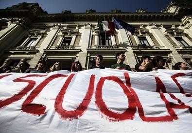 Corteo degli studenti davanti al Ministero (archivio) (ANSA)