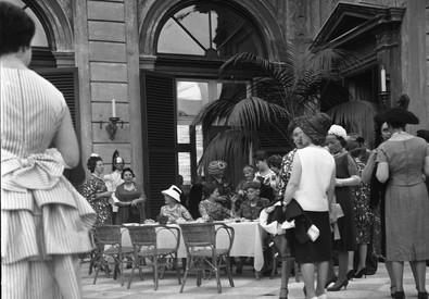 Festa della Repubblica. Donna Carla Gronchi e Donna Ida Einaudi circondate da altre invitate al  ricevimento al Quirinale il 2 giugno 1960 (ANSA)