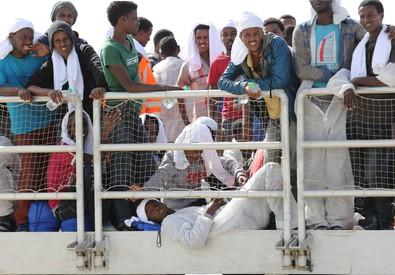 Migranti in attesa di scendere dalla nave 'The Poenix' a Pozzallo (ANSA)