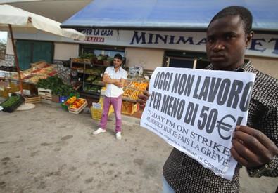 Migranti chiedono di lavorare (ANSA)