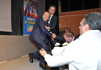 Berlusconi cade sul palco durante comizio, 'colpa sinistra' (ANSA)