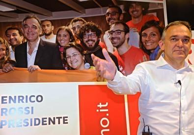 Enrico Rossi al suo comitato elettorale (ANSA)