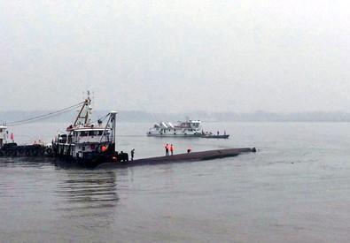 Le operazioni di soccorso attorno al traghetto affondato ieri sera nel fiume Yangtze in Cina (ANSA)