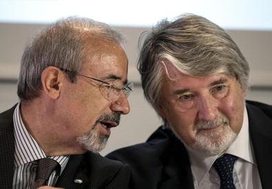 Il ministro del Lavoro Giuliano Poletti con il segretario Uil Carmelo Barbagallo al convegno Uil sulle pensioni (ANSA)