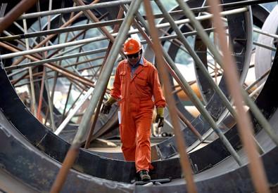 Un'operaio metalmeccanico al lavoro (ANSA)