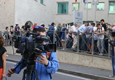 Nella foto le persone in attesa all'esterno del Tribunale di Bergamo (ANSA)