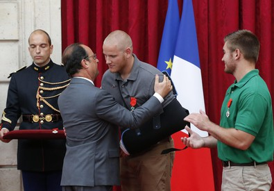 Hollande con Spencer Stone (ANSA)
