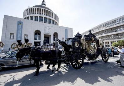 Un momento dei funerali di Vittorio Casamonica (ANSA)