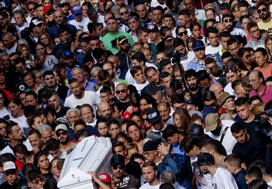 Folla di giovani per i funerali di Genny (ANSA)