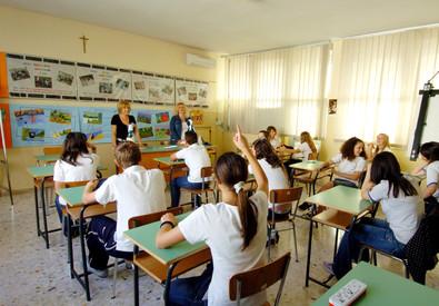 Un'insegnante durante una lezione in classe (ANSA)
