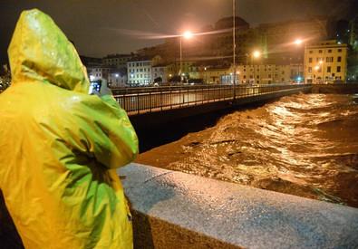 Nubigragio nella notte a Genova (ANSA)