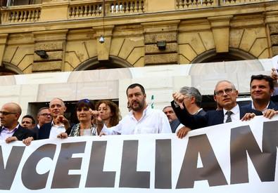 Il leader della Lega Nord Matteo Salvini con il suo gruppo presente per dare solidarieta' al presidio di Cgil, Cisl e Uil per la tutela dei lavoratori e sodati davanti al Ministero dell'Economia e delle Finanze (ANSA)