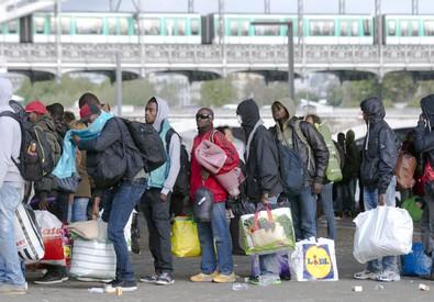 Migranti in attesa al confine (ANSA)