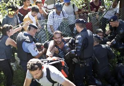 Migranti, scontri con la polizia croata, sfondato il cordone degli agenti (ANSA)