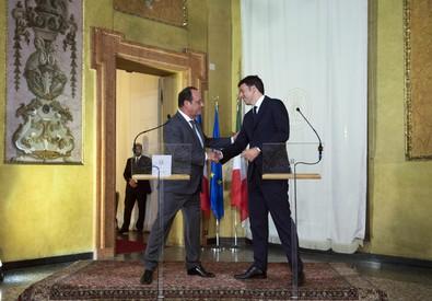 L'incontro tra il premier Renzi e presidente francese Hollande (ANSA)