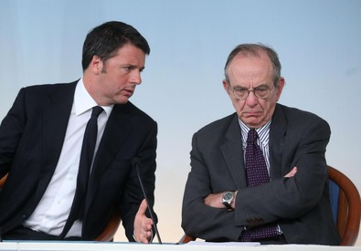 Il premier Matteo Renzi (s) e il ministro dell'Economia Pier Carlo Padoan (ANSA)
