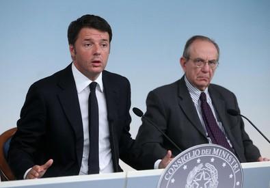Matteo Renzi e il ministro Pier Carlo Padoan (ANSA)