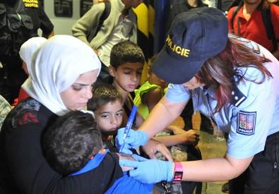 Polizia ceca marchia migranti con numeri sul braccio (ANSA)
