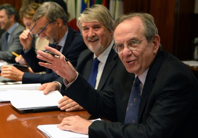 In primo piano i ministri dell'Economia, Pier Carlo Padoan, e del  Lavoro Giuliano  Poletti (ANSA)