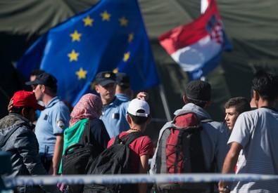 La polizia croata da' istruzioni ai migranti in un centro di accoglienza vicino Opatovac ieri (ANSA)