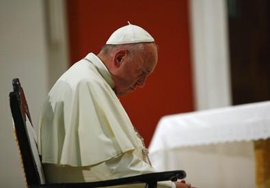 Il Papa prega nel santuario della Virgen de la Caridad del Cobre (ANSA)