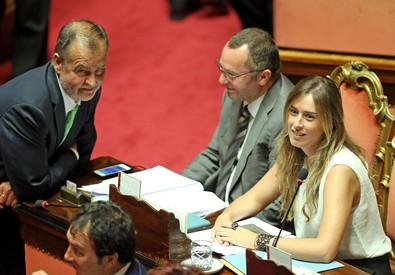 Roberto Calderoli e il ministro Maria Elena Boschi (ANSA)