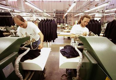 Lavoratori di un'industria tessile (ANSA)