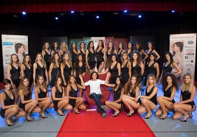 Le 33 finaliste di Miss Italia fotografate con Mirigliani e Ventura (ANSA)