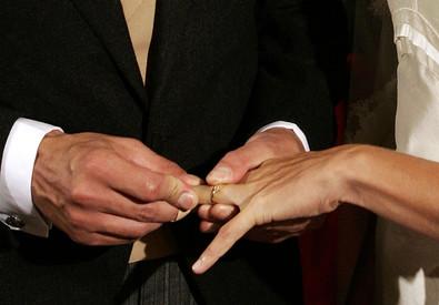 Una foto di archivio mostra lo scambio degli anelli durante una cerimonia nuziale. (ANSA)