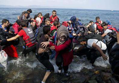 Migranti arrivano a Lesbo (ANSA)