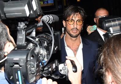 Fabrizio Corona al suo arrivo nel cinema del centro di Milano per la proiezione del film documentario 'Metamorfosi' (ANSA)