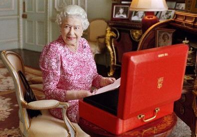 Nell'immagine la regina Elisabetta, fotografata da Mary McCartney (ANSA)