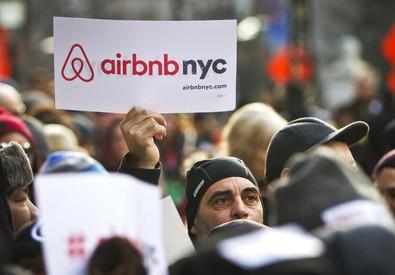 Una manifestazione pro Airbnb a New York (ANSA)
