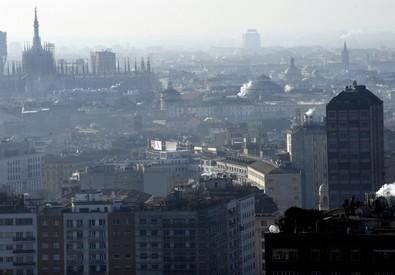 Fumo esce dai camini sui tetti nel centro di Milano, foto archivio (ANSA)