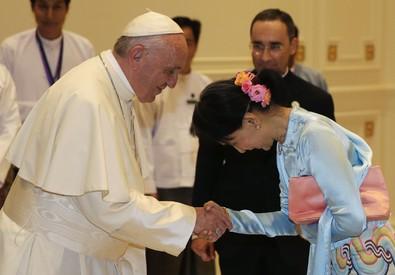 Papa Francesco con Aung San Suu Kyi (ANSA)