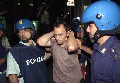 Un giovane militante del Genoa Social Forum fermato la notte fra 21 e 22 luglio 2001 (ANSA)