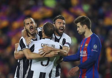 Da sinistra, Leonardo Bonucci, Giorgio Chiellini e Andrea Barzagli esultano al termine di Barcellona-Juventus (ANSA)