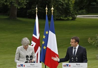 Emmanuel Macron e Theresa May a Parigi (ANSA)