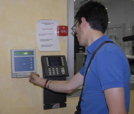 Un dipendente pubblico timbra il cartellino © ANSA
