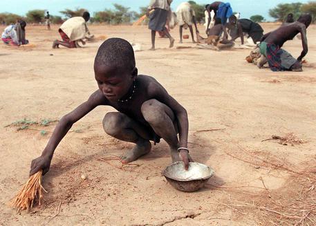 Un bambino sudanese con la ciotola per il cibo in un' immagine d' archivio © ANSA