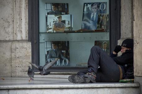 Un clochard a Napoli © ANSA