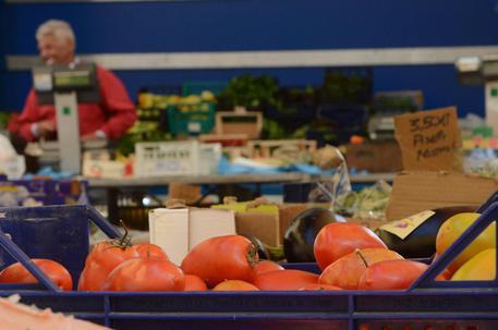 Pomodori in vendita © ANSA