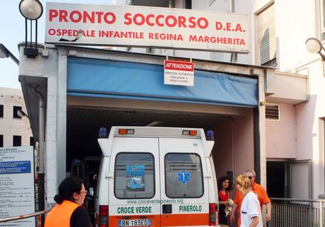 Cuneo, bambino si trancia una mano nello sportello dello scuolabus