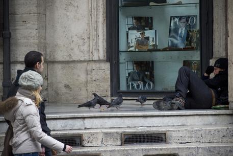 Un clochard accampato davanti al Teatro San Carlo di Napoli © ANSA